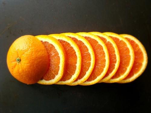 A laranja é uma fruta cheia de vitamina.