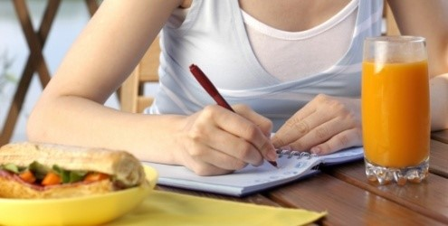 Caderno na mão para contar a dieta dos pontos.