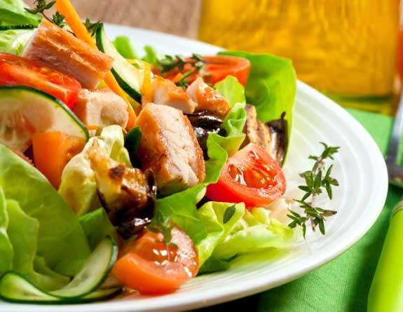 Dieta para emagrecer 6 quilos opção Salada com Frango.