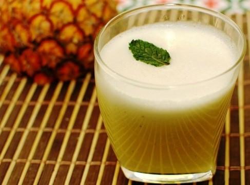 O suco de abacaxi com linhaça é um ótimo remédio para emagrecer.